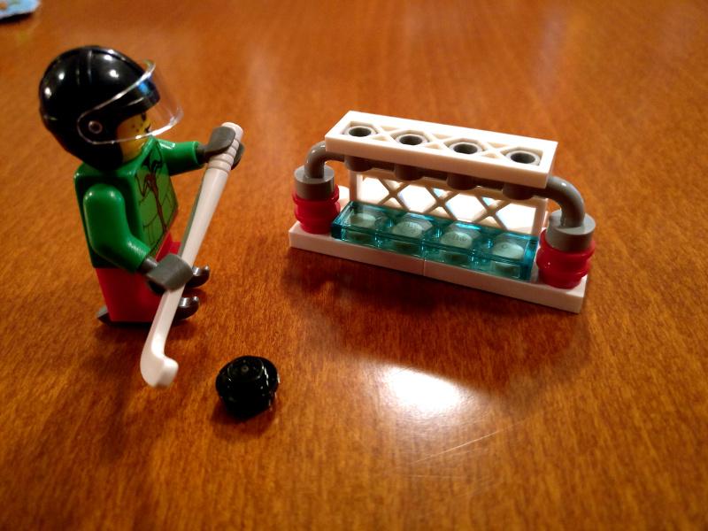 LEGO Hokejist z golom