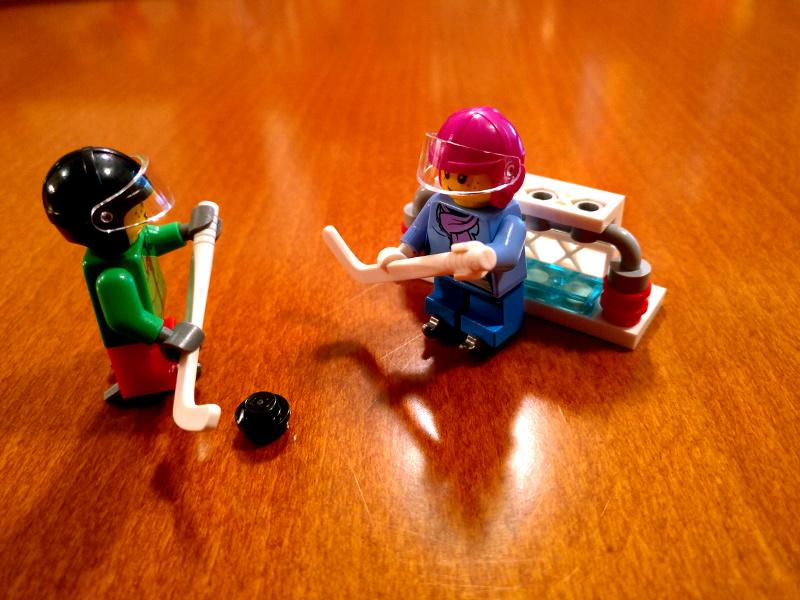 LEGO hokejista z golom